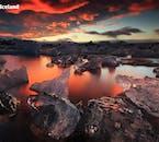 La lagune glaciaire Jökulsárlón baignait dans les teintes écarlates de la nuit d'été islandaise.