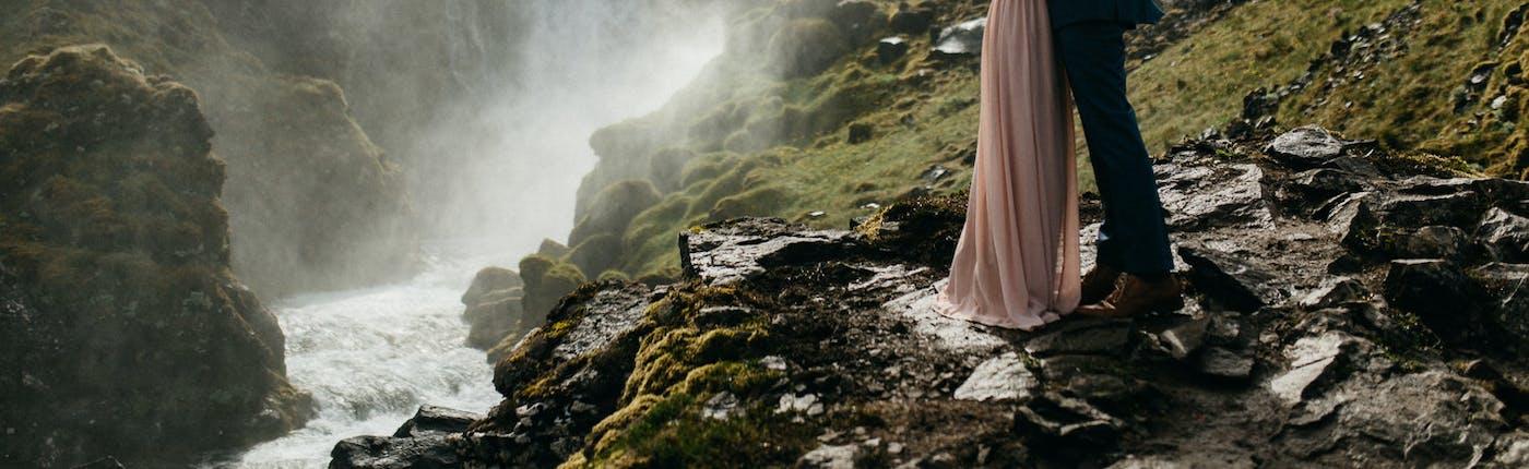 Zachwycające zdjęcie ślubne znad Wodospadu Dynjandi na Fiordach Zachodnich na Islandii.