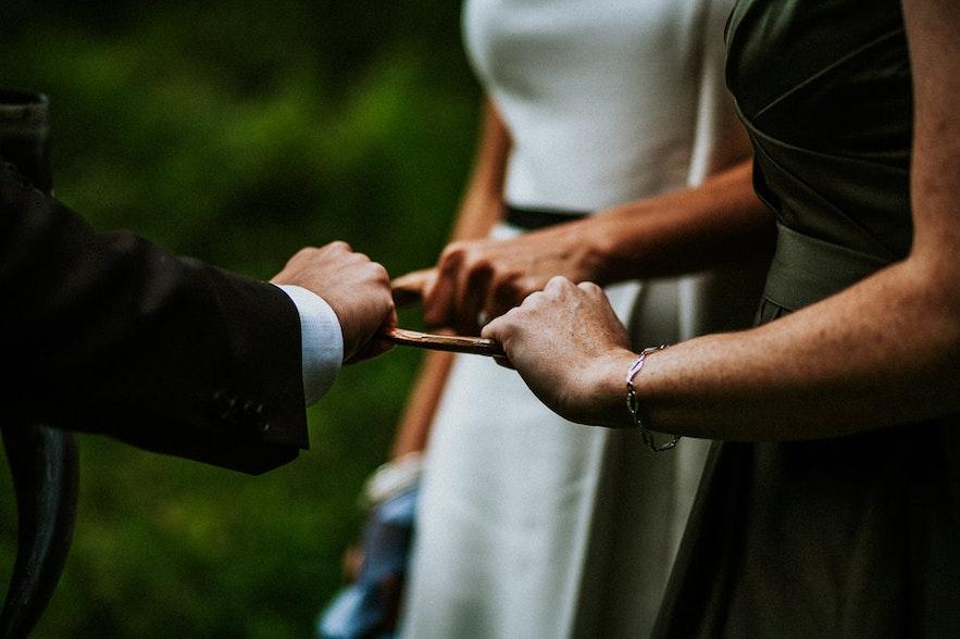 Składanie przysięgi ślubnej w stylu pogańskich wierzeń nordyckich na Islandii.