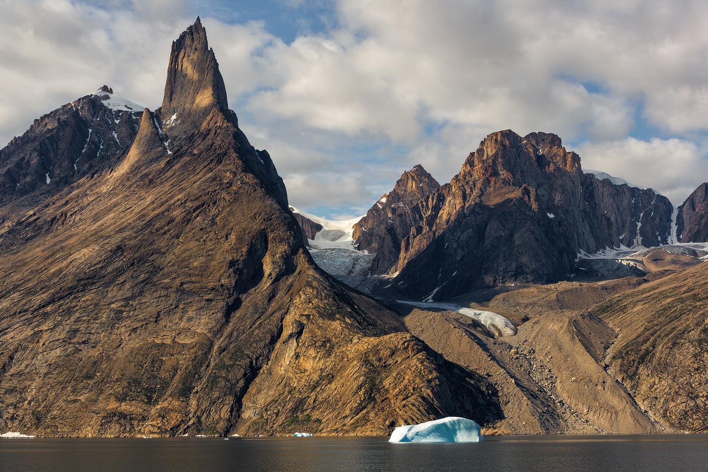 在东格陵兰的Ofjord山的高耸的山顶