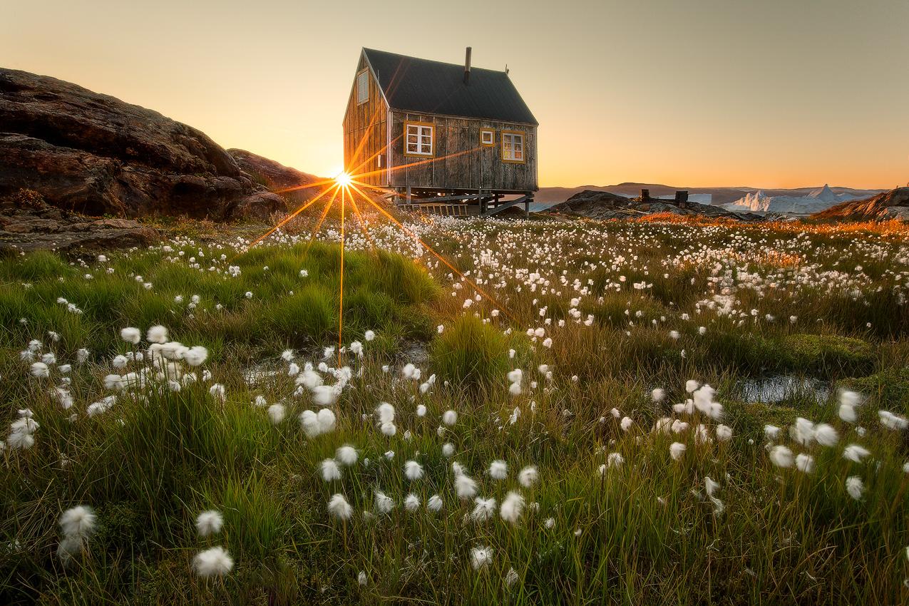 一座位于格陵兰岛上孤独的小房子