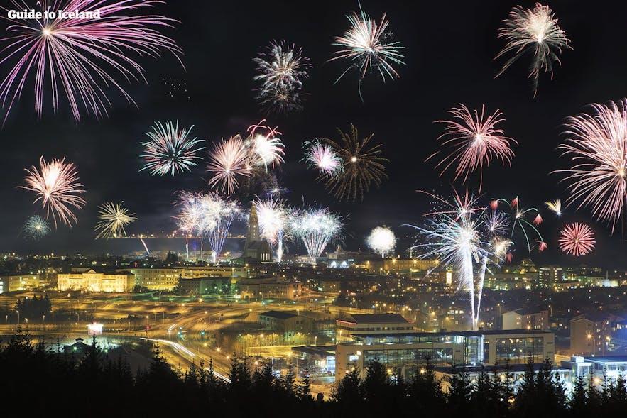 feu d'artifice au-dessus de Reykjavik à la saint Sylvestre