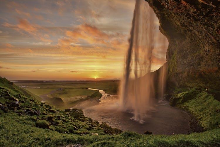 셀랴란드스포스 폭포가 백야의 석양 빛에 금빛으로 물들었습니다.