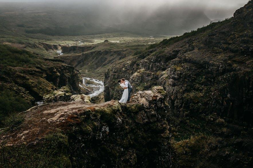 Zachwycające krajobrazy Islandii na ślubnych zdjęciach.