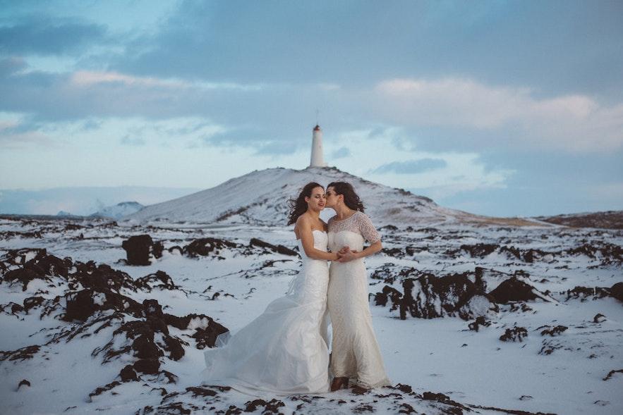 冬景色に映える2人のウェディングドレス