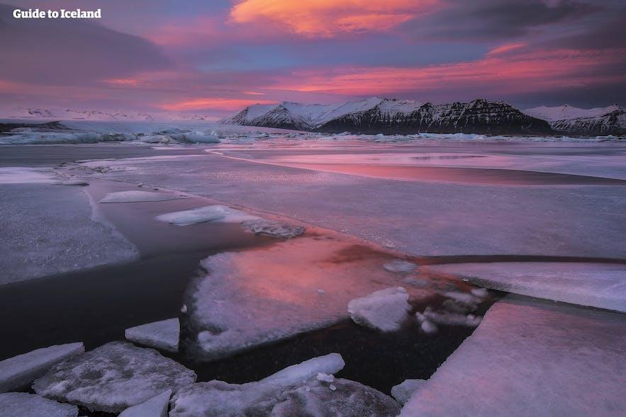 冰岛的最美景点-杰古沙龙冰河湖沐浴在粉色的日落柔光中
