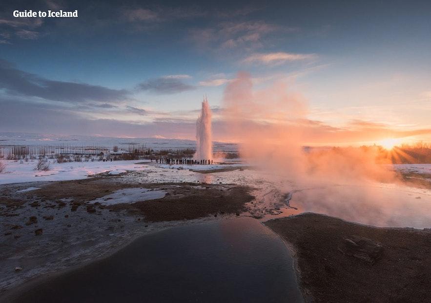 冰岛火山众多,地热资源丰富,还有许多壮观的地热景观,比如黄金圈的三大景点之一-间歇泉