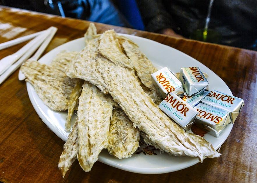 Stock de poisson et beurre islandais séchés - en fait un plat doux et apprécié par beaucoup.