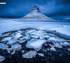 Voir le sommet enneigé du mont. Kirkjufell, l'une des plus belles montagnes d'Islande.