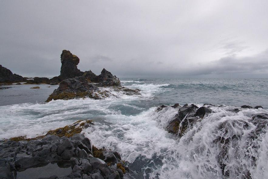 冰岛的斯奈山黑沙滩