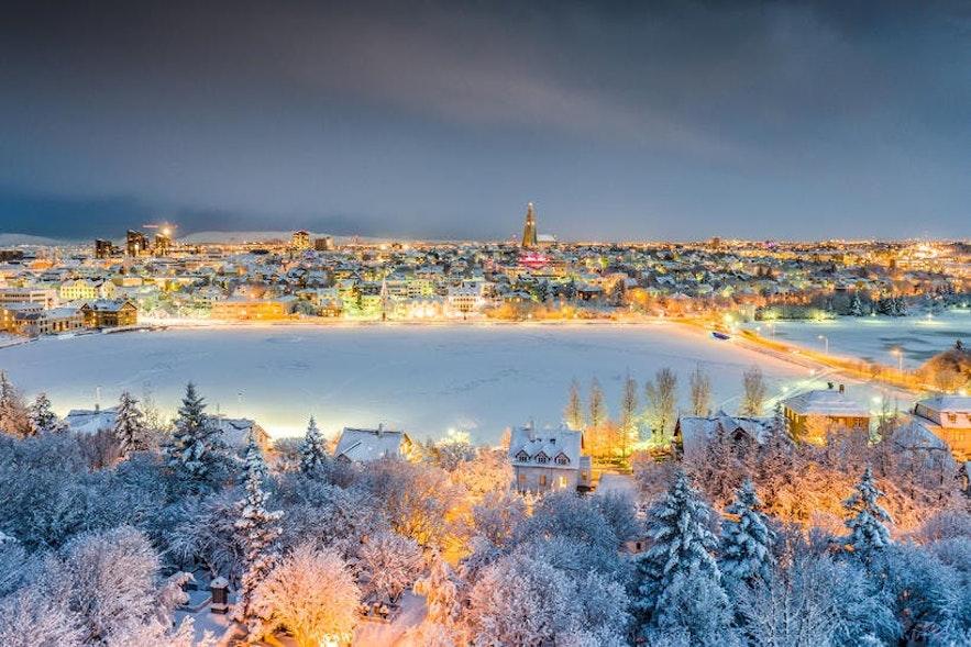 Le centre-ville de Reykjavík est mouillé par une couverture de neige molle.