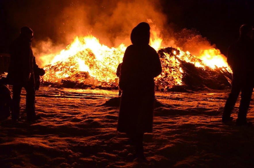 Réchauffer vos os autour d'un grand feu de joie est une véritable tradition du nouvel an islandais.