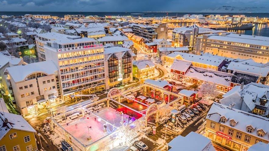Faire du patin à glace sur Ingólfstorg dans le centre-ville de Reykjavík est une affaire de vacances amusante.