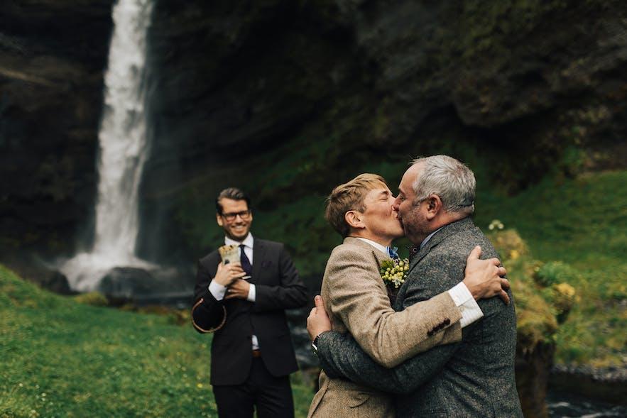 Piękna ceremonia ślubna przy jednym z zachwycających wodospadów na Islandii.