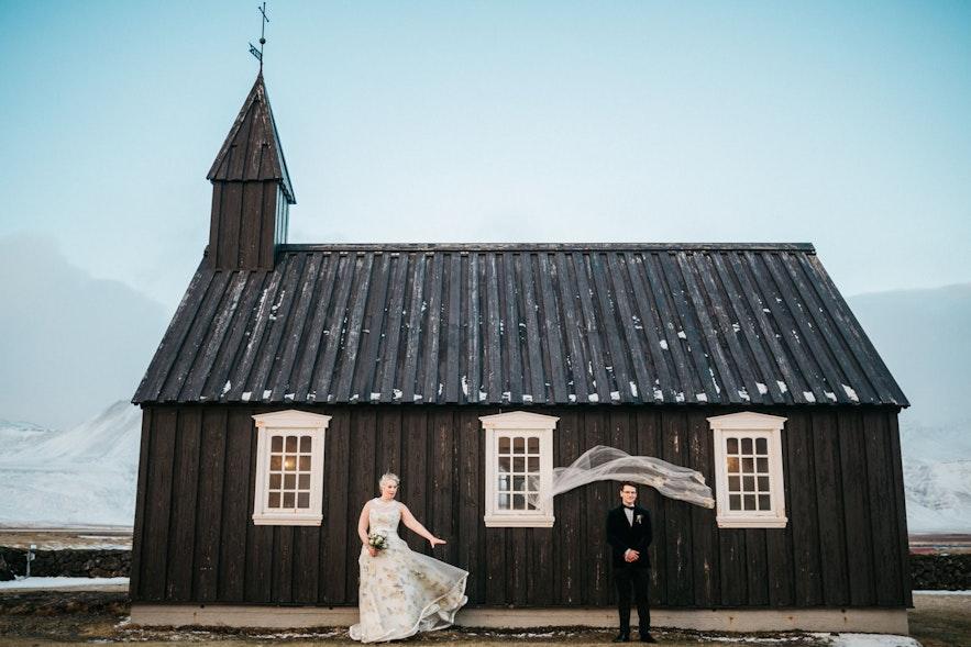 Czarny kościół w Búðir w zachodniej Islandii to popularna lokalizacja na ceremonie ślubne.