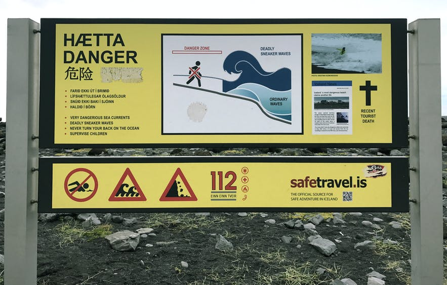 冰岛黑沙滩的危险警示牌