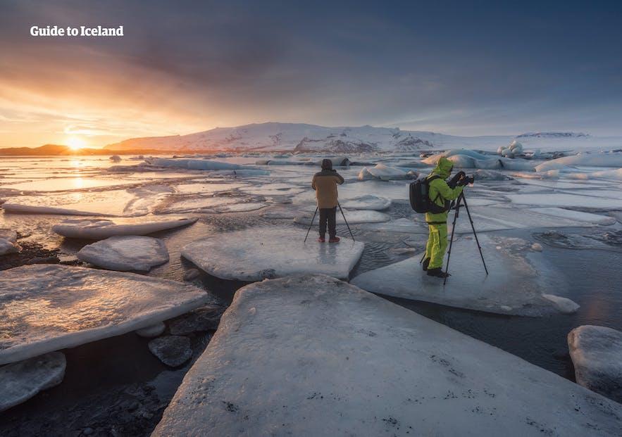 不要站在杰古沙龙冰河湖的浮冰上拍照,这样做有很大危险