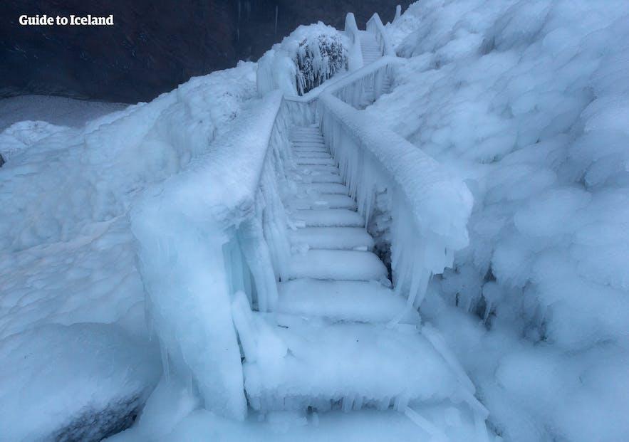 塞里雅兰瀑布的观景台阶冻上了结实的冰
