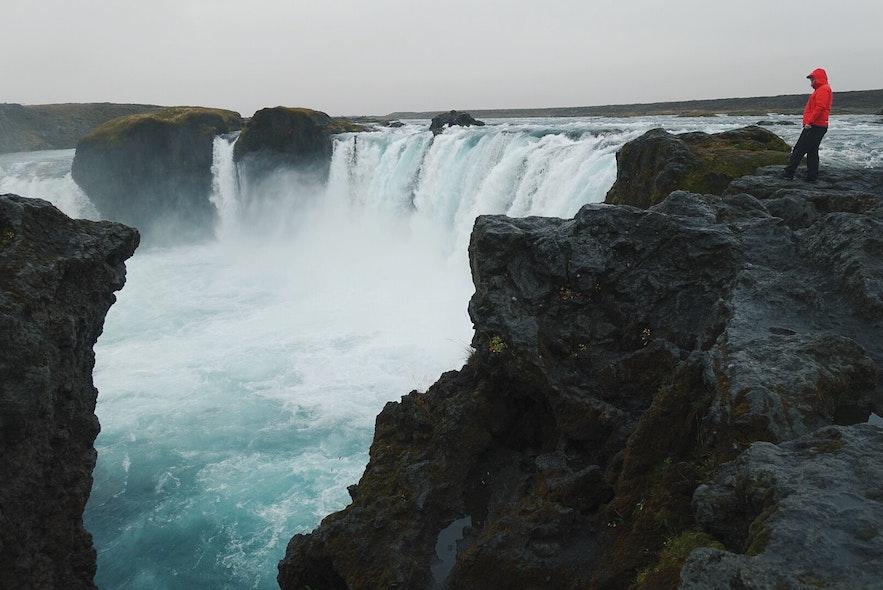 在冰岛观光游览时,不要冒险。景区没有围栏,全靠自觉。