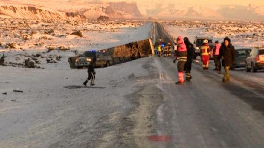2017年12月27日,英国旅行社提提卡卡在冰岛的大巴车翻车,一死多伤