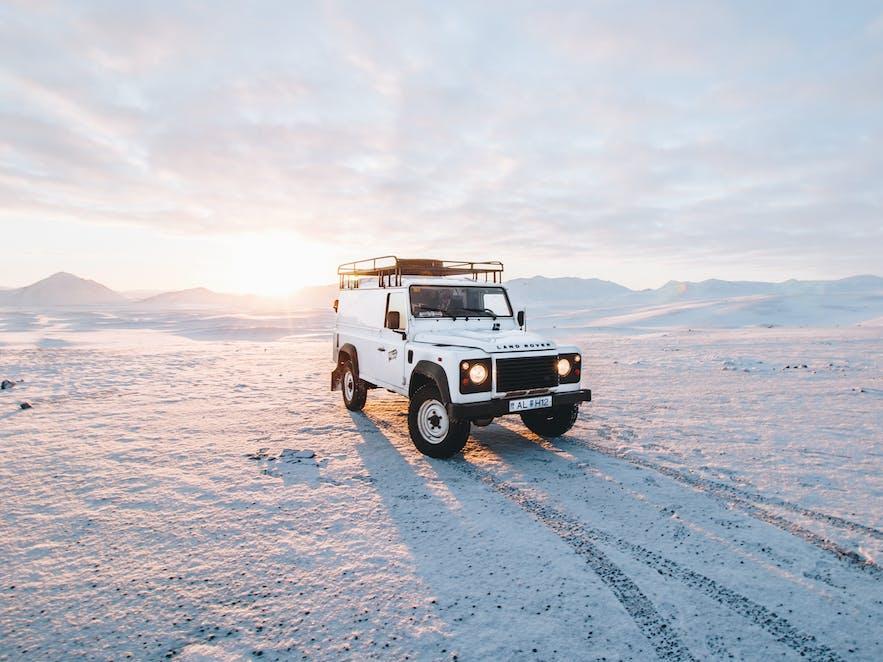 冬季在冰岛自驾,最好选择四驱车。如果是长途,是必须。