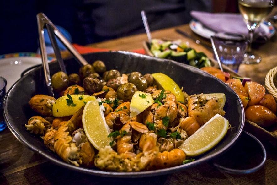 Ein Abendessen mit isländischem Hummer oder Langusten