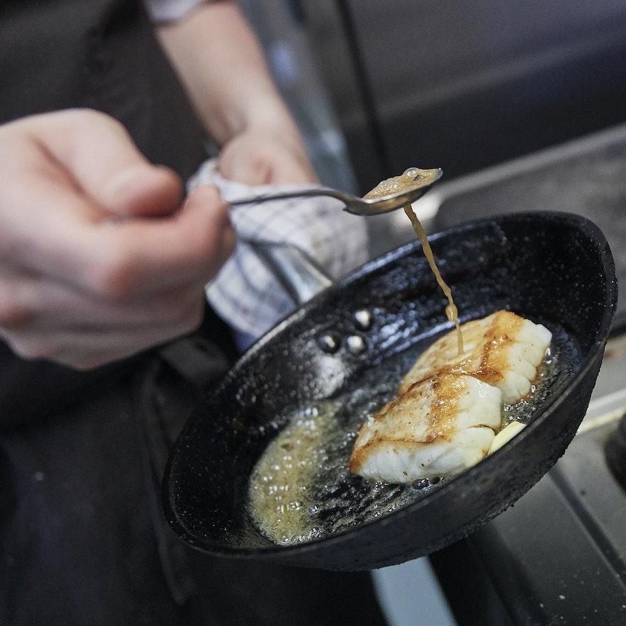 Zubereitung eines Fisch-Dinners im Von Mathús