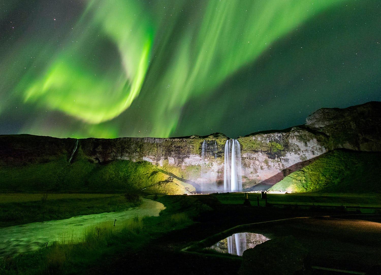 Seljalandsfoss to spektakularny wodospad, szczególnie w świetle zorzy polarnej.