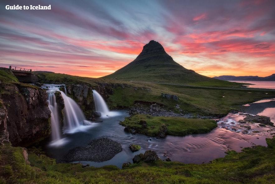 La forme particulière de la montagne Kirkjufell et sa cascade résidente, Kirkjufellsfoss, attirent les photographes de la nature dans la péninsule de Snöfellnes.