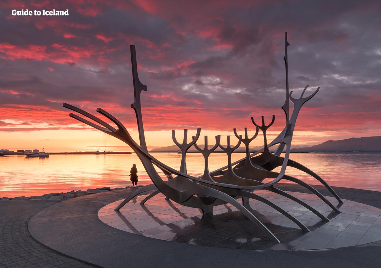 """""""นักสำรวจพระอาทิตย์"""" คือประติมากรรมโลหะรูปเรือยาวที่เล่าถึงประวัติศาสตร์ของไอซ์แลนด์ที่ได้ถูกก่อตั้งโดยชาวไวกิ้ง"""