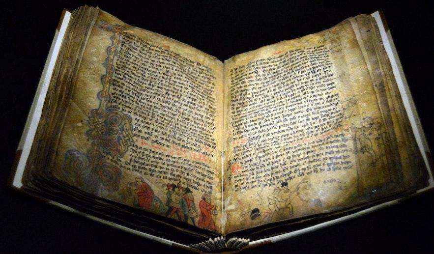 Un ancien manuscrit de la saga islandaise de Njáll, exposé à la Maison de la culture de Reykjavik.