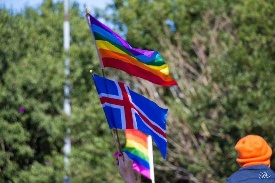 Le drapeau arc-en-ciel de la communauté LGBTQIA et le drapeau islandais côte à côte.