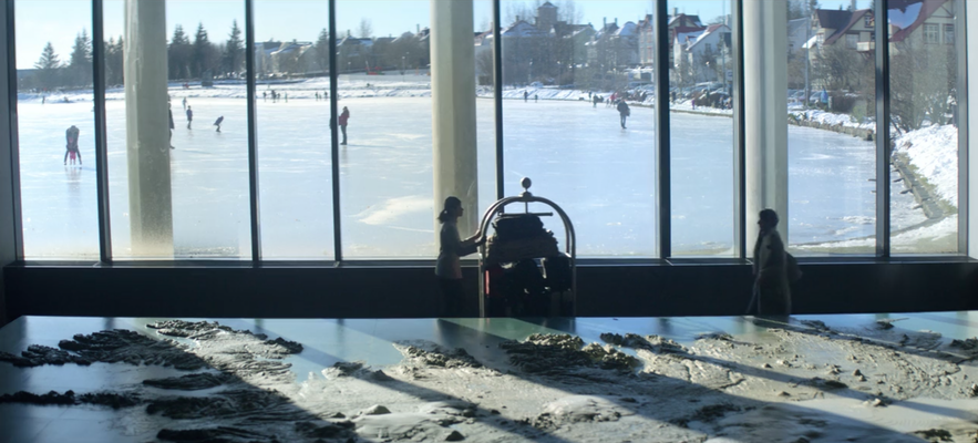 Reykjavíks rådhus optræder som hotel i afsnit 3, sæson 4, af Black Mirror