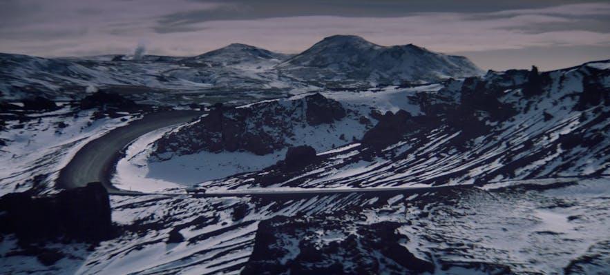 ภูมิประเทศช่วงฤดูหนาวที่คาบสมุทรเรคยาเนสที่ปรากฏในเรื่องแบล็ก มิร์เรอร์ ในตอนที่ 3 ของซีซั่น 4