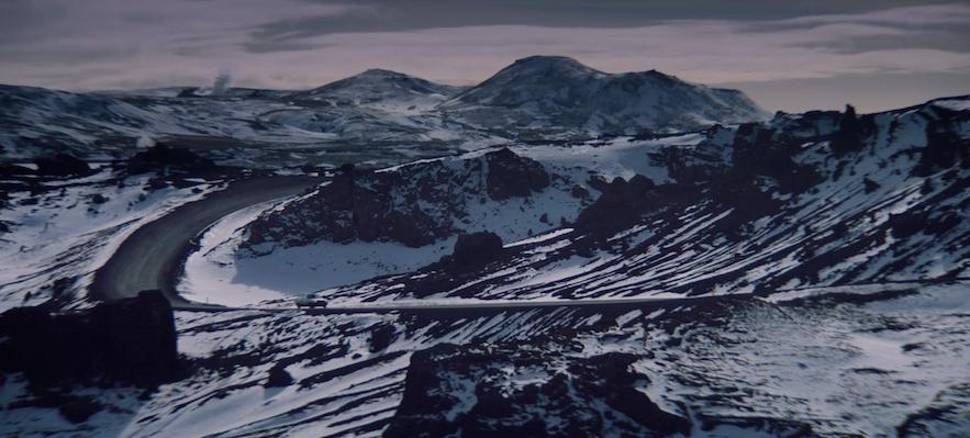 黒い溶岩の大地に雪が積もったレイキャネス半島の景色