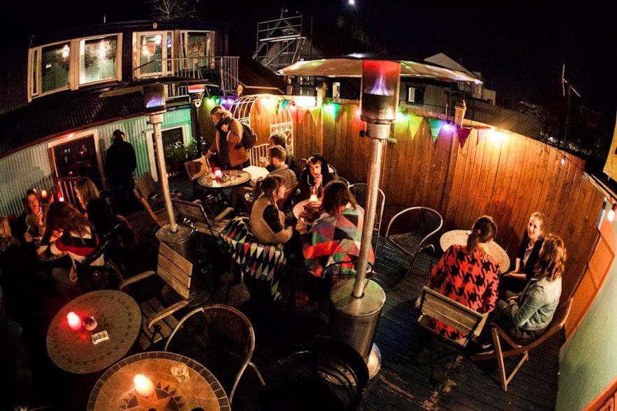 Ölträdgården på populära Boston bar i centrum,
