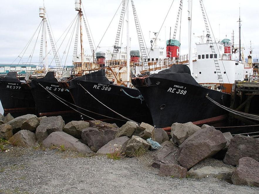 Bateaux de pêche à la baleine au quai