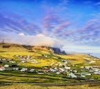 山に囲まれたヴィークの町はジップラインにも最適な場所だ