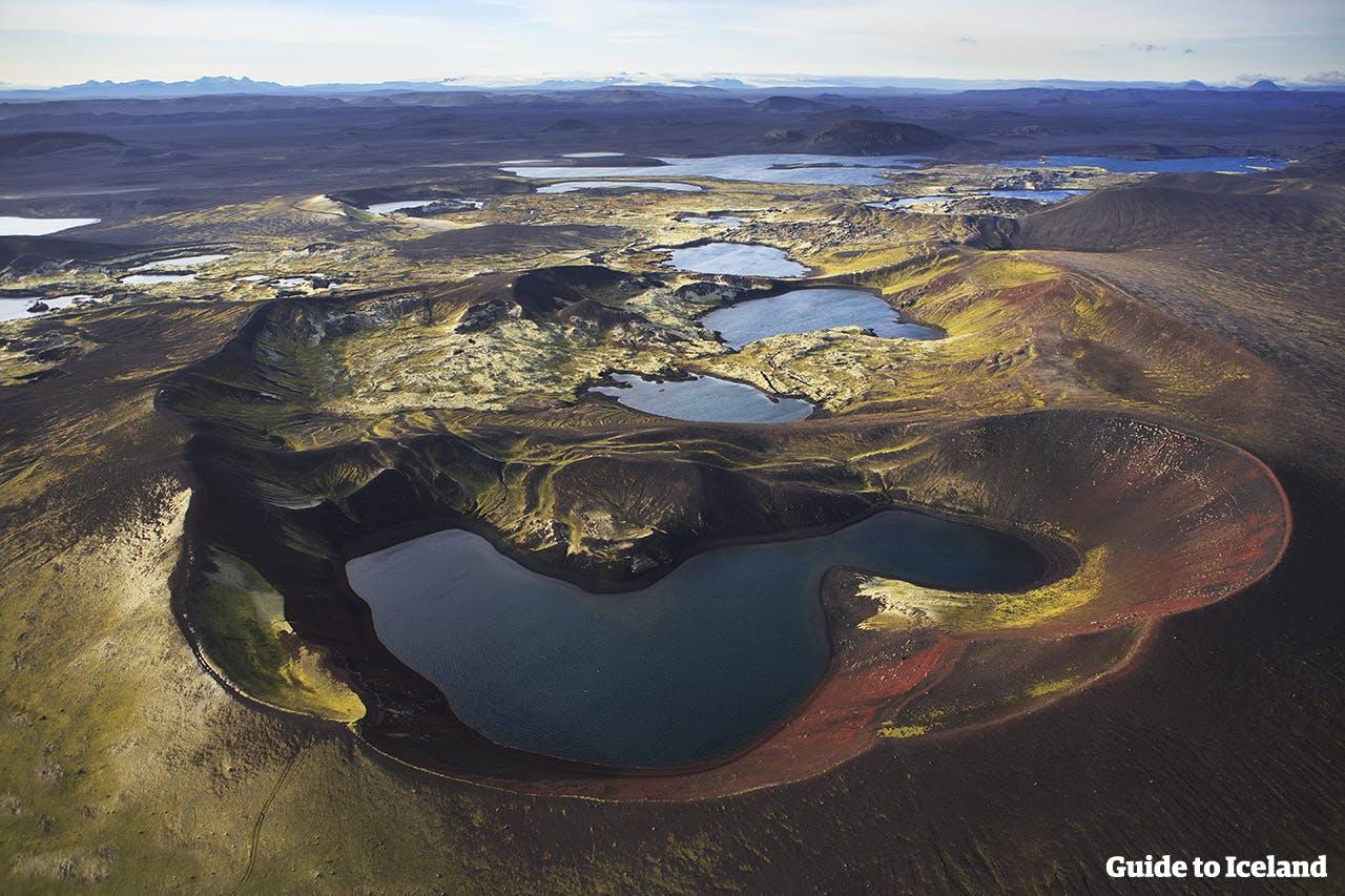Les lacs de cratères sont disséminés sur les hautes terres et nécessitent des randonnées légèrement difficiles à atteindre en été.