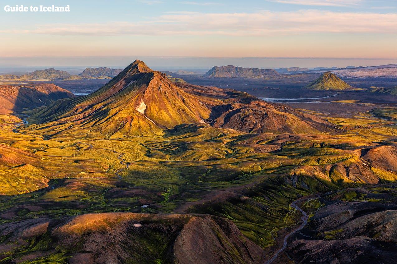 在冰岛夏季的午夜阳光下,内陆高地特色地貌闪烁着美丽的金光