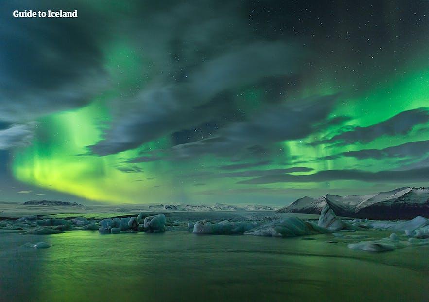 En quoi consistent exactement les aurores boréales et comment se forment-elles?