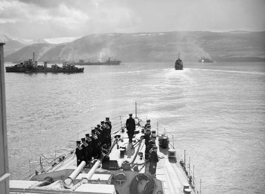 """在二战期间,冰岛被英国和美国军队""""接管""""。因为外国资本的介入,冰岛基础设施建设的速度达到了前所未有的水平。"""