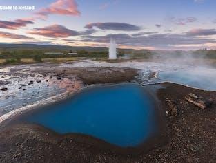 Obszar geotermalny Geysir pełen kolorów i ciepłych źródeł.
