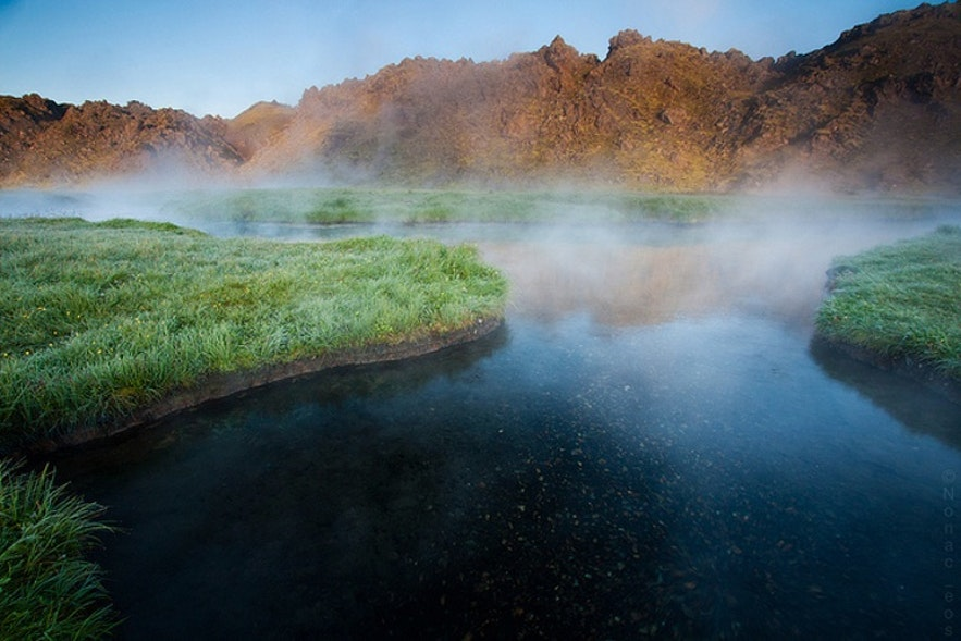 Parujące, gorące, geotermalne źródła na Islandii.