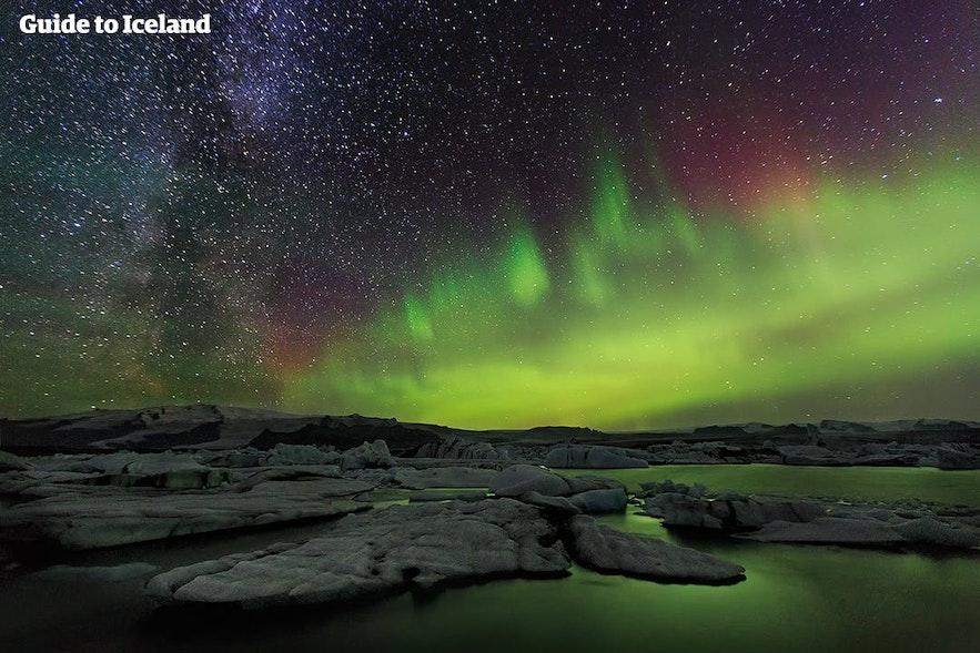 Kolorowa zorza polarna nad Jokulsarlon, południowa Islandia.