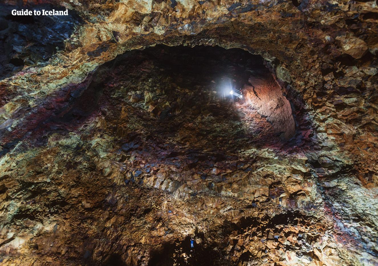 赤、紫、青、色とりどりの岩肌を誇るスリーフヌカギグルの火山の内部。インサイド・ザ・ボルケーノツアーに参加すると火口からマグマだまりに降りてく珍しい体験ができる