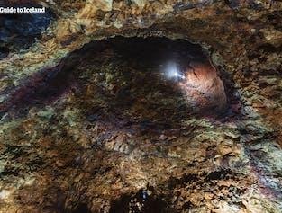 Olśniewające kolory widoczne w kalderie wulkanicznej Þríhnúkagígur, rzucają wyzwanie wyobraźni głębokimi odcieniami czerwieni, fioletu i błękitu.