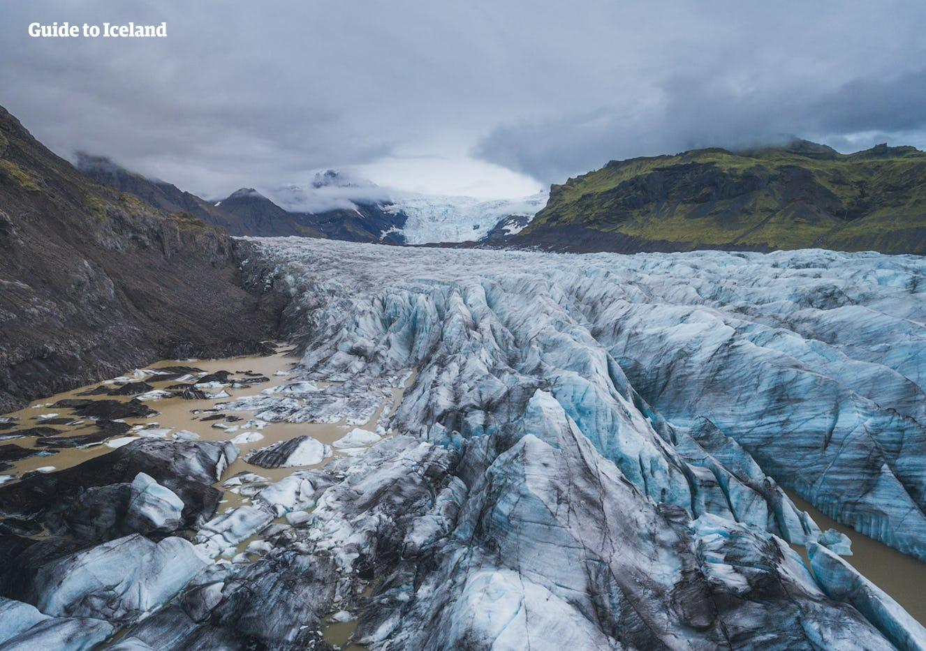 Природный заповедник Скафтафетль в южной Исландии знаменит своими ледниками, такими  как Свинафедльсйокюдль (на фото), и водопадами, такими как Свартифосс.