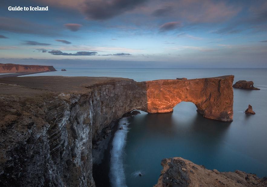 Dyrhólaey is een klein schiereiland beroemd om zijn kliffen en de dramatische rotsboog.