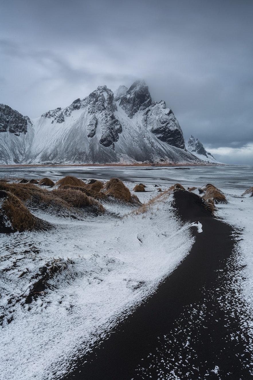 被一層薄雪覆蓋的Vestrahorn